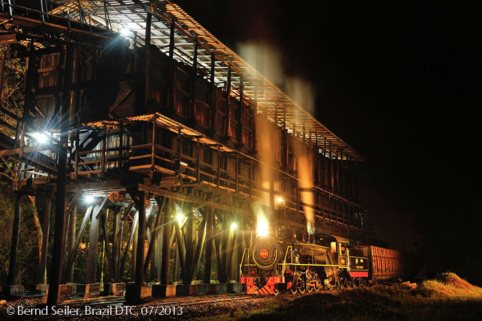 nocturnal loading at the wooden loading facility in Urussanga