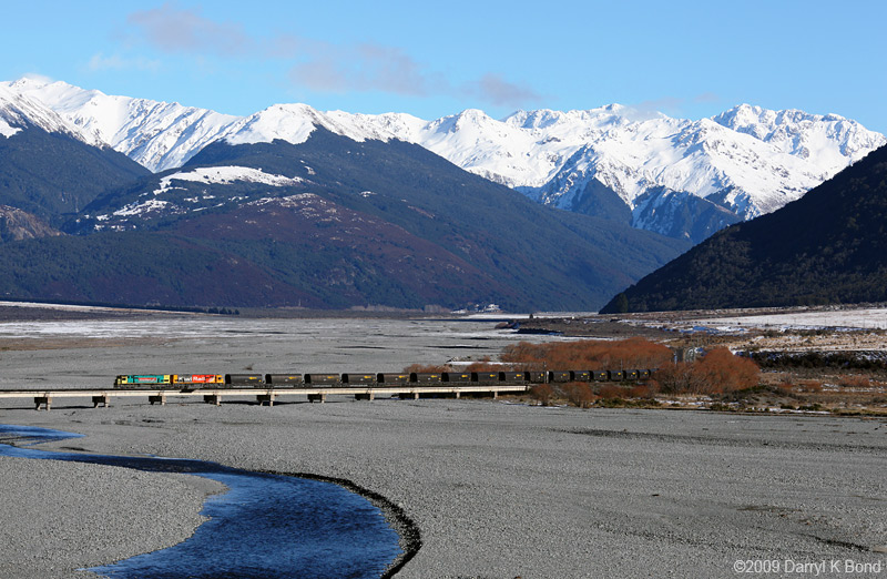 New Zealand: Miidland Line: Waimakariri river bridge, photo: Darryl K. Bond